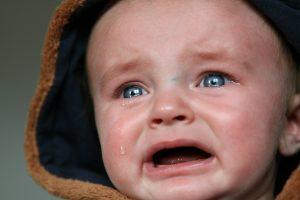 泣き叫ぶ子ども