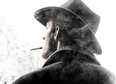 くわえたばこを吸う男性