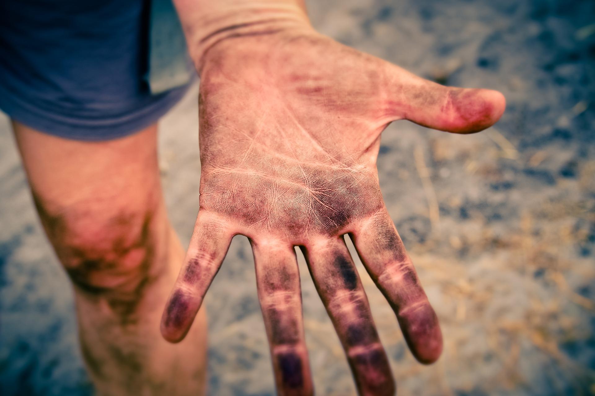 グローの汚れが手についた