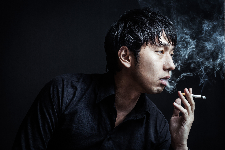 紙巻たばこを吸う人