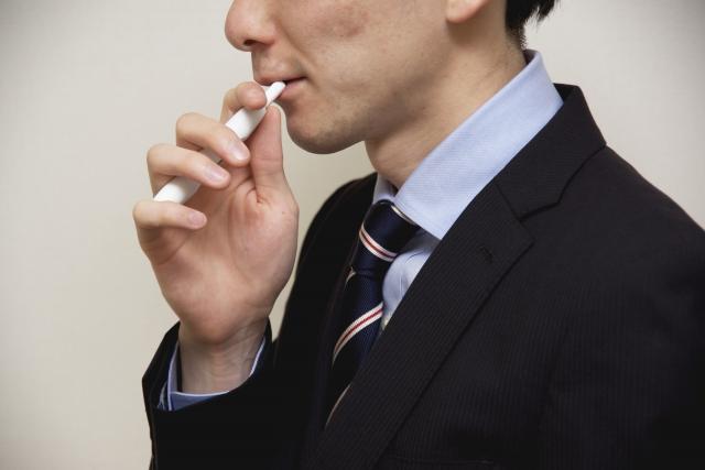 アイコスのトロピカルを男性が吸う